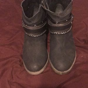 So distressed boots size 7